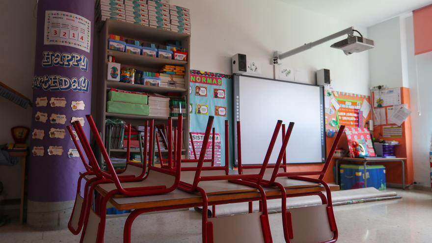 Mesas y sillas recogidas en un centro de Educación Infantil, foto de archivo