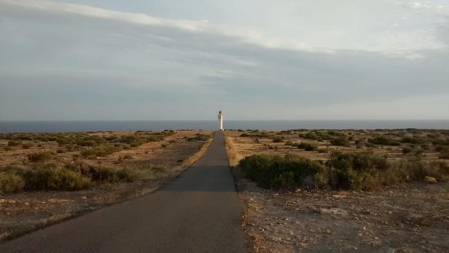 Faro de Barbaria, uno de los iconos de la isla. Adrià García (CC)