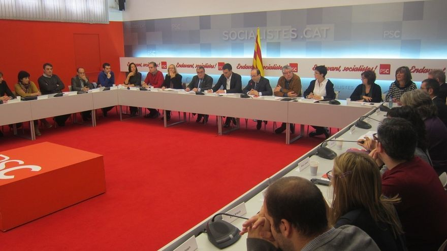 Sánchez urge a Rajoy a dejar atrás los tribunales y reformar la Constitución como respuesta a la movilización