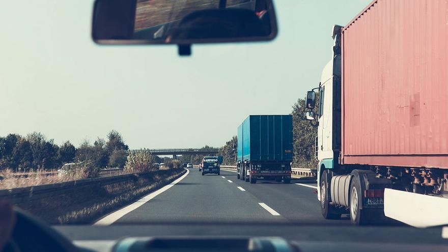 Camiones circulando por la autovía.