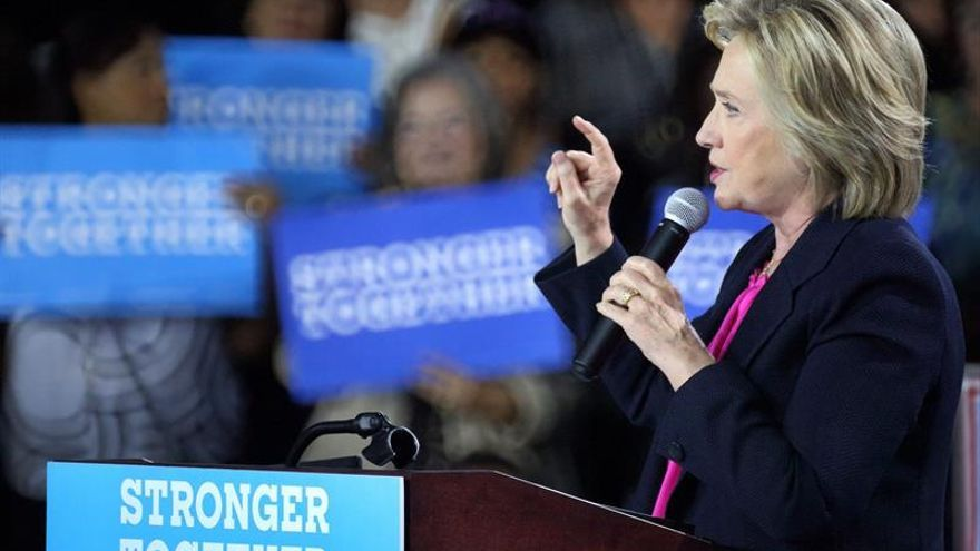 """Clinton insiste en que Trump está """"totalmente incapacitado"""" para presidente"""