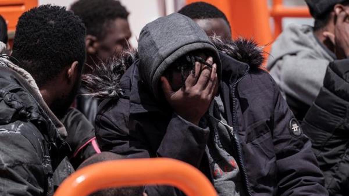 Migrantes rescatados este domingo por una patrullera de Salvamento Marítimo. (EFE/ Ángel Medina G.)