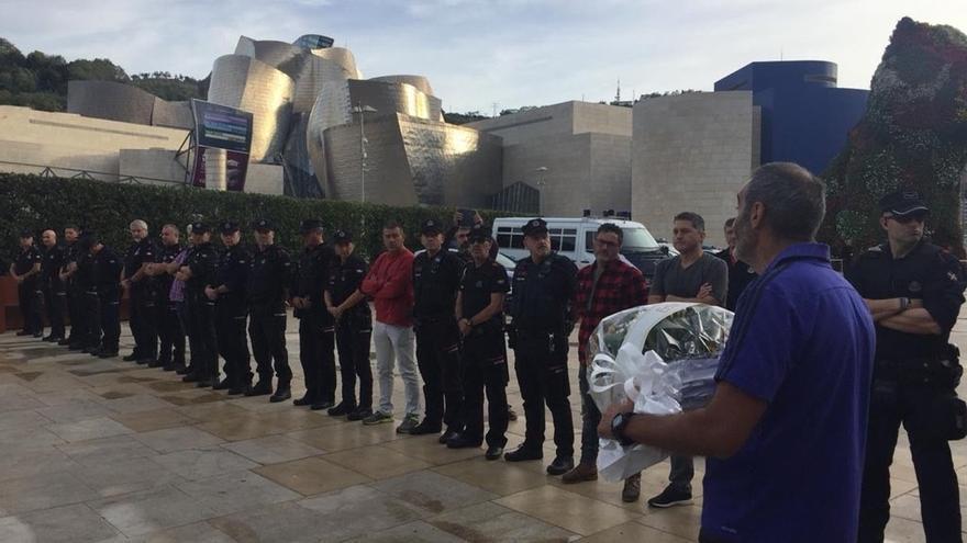 ErNE y Esan homenajean en Bilbao al ertzaina Txema Aguirre asesinado por ETA hace 21 años en la explanada del Guggenheim