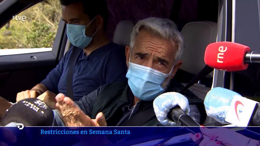 Imanol Arias atiende a los medios desde su coche