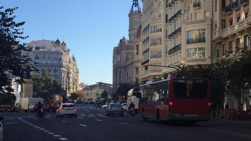 Un bus de la EMT en la plaza del Ayuntamiento