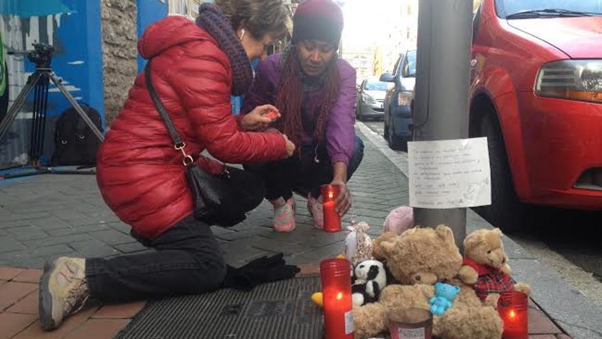 Peluches y velas, en el calle en que sucedió el macabro suceso.