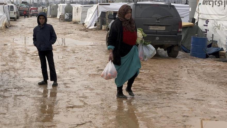 Una mujer y su hijo en el campo de refugiados sirios de Amriyeh en la localidad de Saadnayel, en el valle de Bekaa, al este de Líbano.