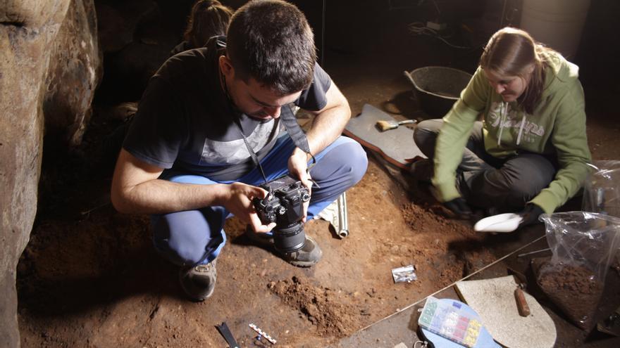 Labores de excavación arqueológica en los niveles paleolíticos de la cueva de Los Casares FOTO: Luis de Luque Ripoll