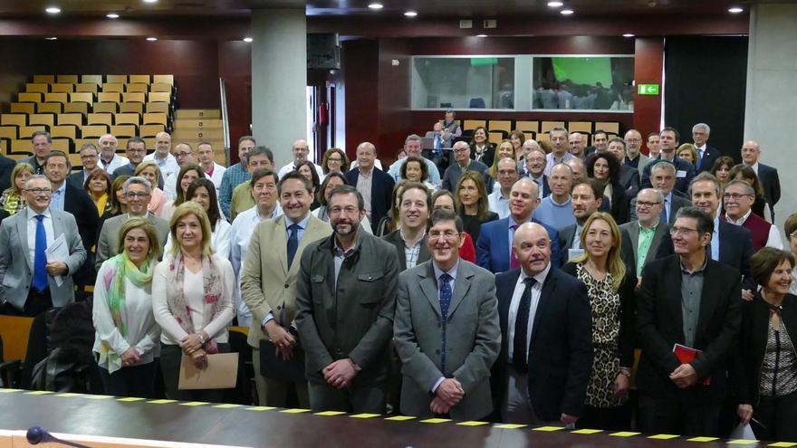 El consejero de Salud, Manuel Villegas (c), el gerente del Servicio Murciano de Salud, Asensio López (i) y el director general de Asistencia Sanitaria, Roque Martínez (d), junto a los gerentes de las áreas de salud de la Región y miembros del personal directivo tras la firma de los acuerdos de gestión