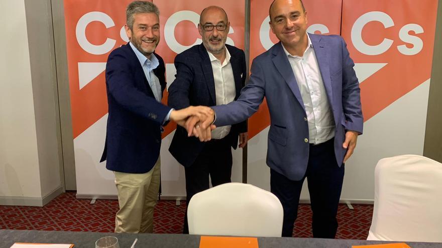 Félix Álvarez, junto a los líderes de Cs en Santander y Torrelavega, Javier Ceruti y Julio Ricciardiello.