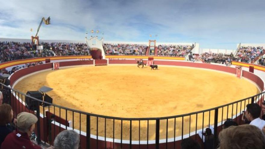 Inauguración de la plaza de toros de Calzadilla de los Barros / @Gema_Cortes