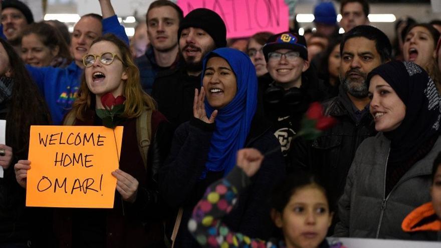 Heraa Hashmi, con el velo azul, durante las protestas contra el veto migratorio de Trump.
