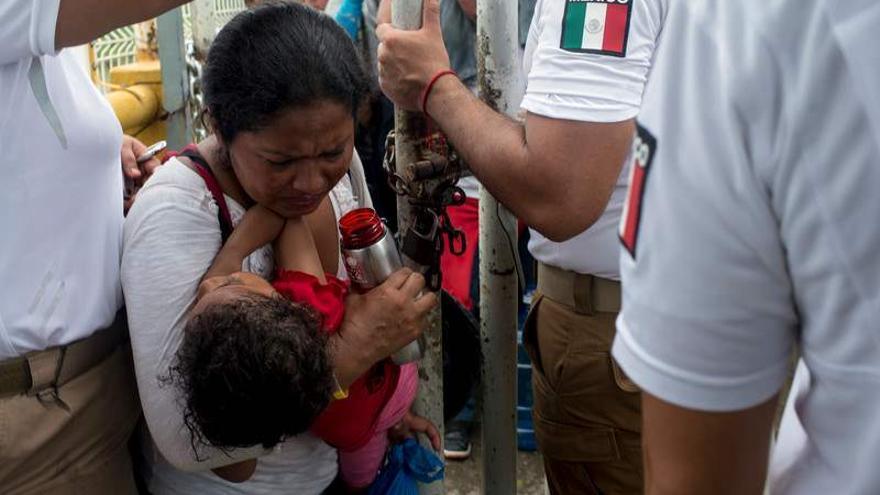 Una señora hondureña entrando en México con su hija deshidratada en brazos/ encarni.pindado@gmail.com