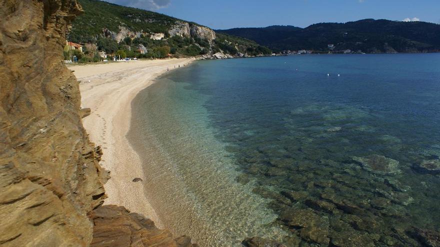 El Egeo se encuentra con Pelión en una sucesión de playas, cantiles y calas dónde el bosque llega hasta la orilla del mar. Ian Rees