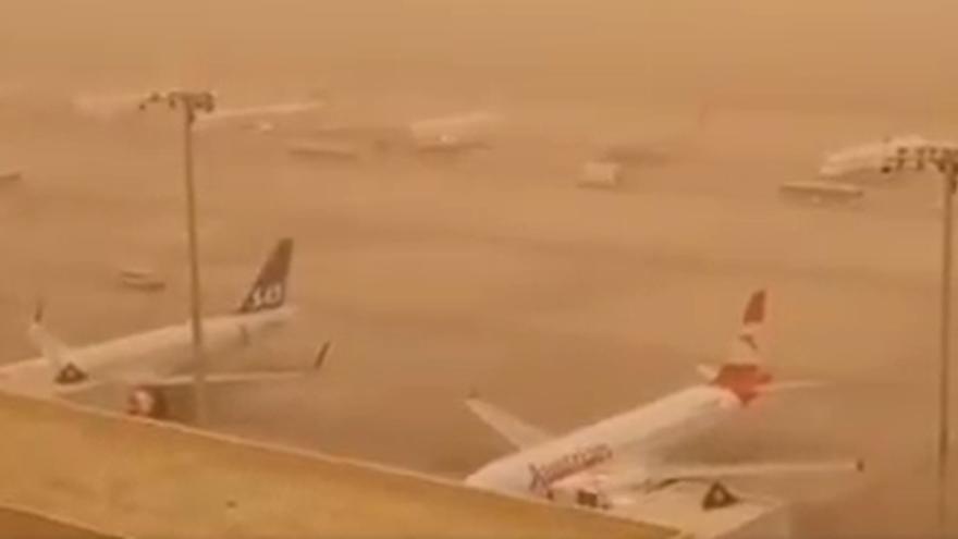 Tres aeropuertos canarios, inoperativos por la fuerte calima.