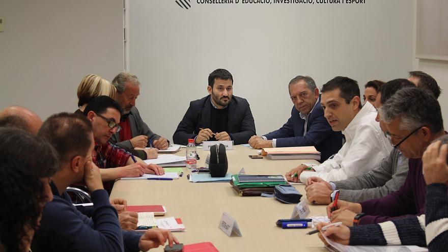 El conseller de Educación, Vicent Marzà, en una reunión con representantes del profesorado