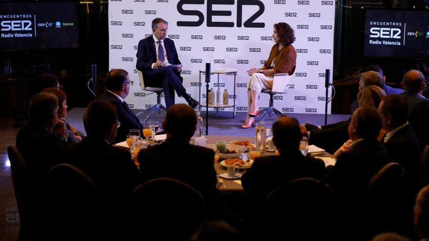 Bernardo Guzmán dialoga con la ministra de Hacienda, María Jesús Montero, en los Encuentros de la Ser en Valencia