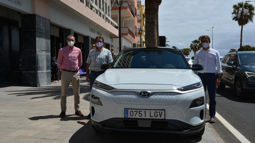 """El Cabildo apuesta por """"la movilidad sostenible"""" e incorpora un segundo vehículo cien por cien eléctrico a su flota"""