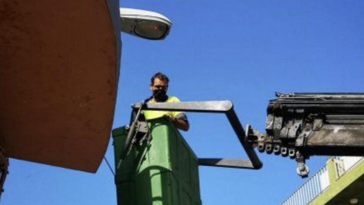 Instalación de una de las farolas solares en Tazacorte.