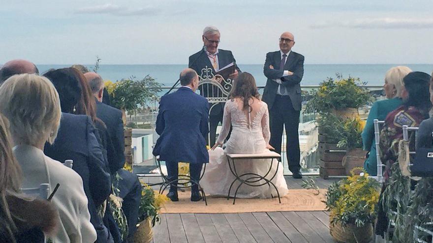 El alcalde de Valencia, Joan Ribó, ha sido el encargado de celebrar la boda entre Carolina Punset y Alexis Marí