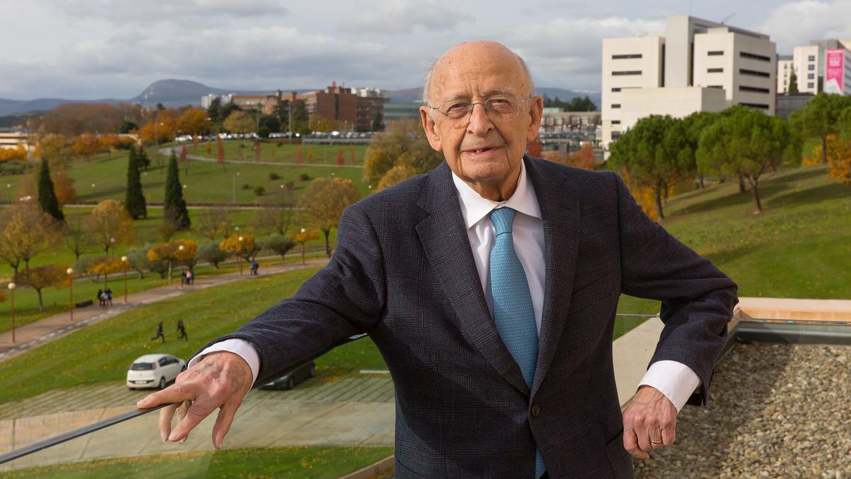 El profesor Francisco Ponz posando en el campus para una entrevista de la revista Nuestro Tiempo realizada con motivo de su 100 cumpleaños.