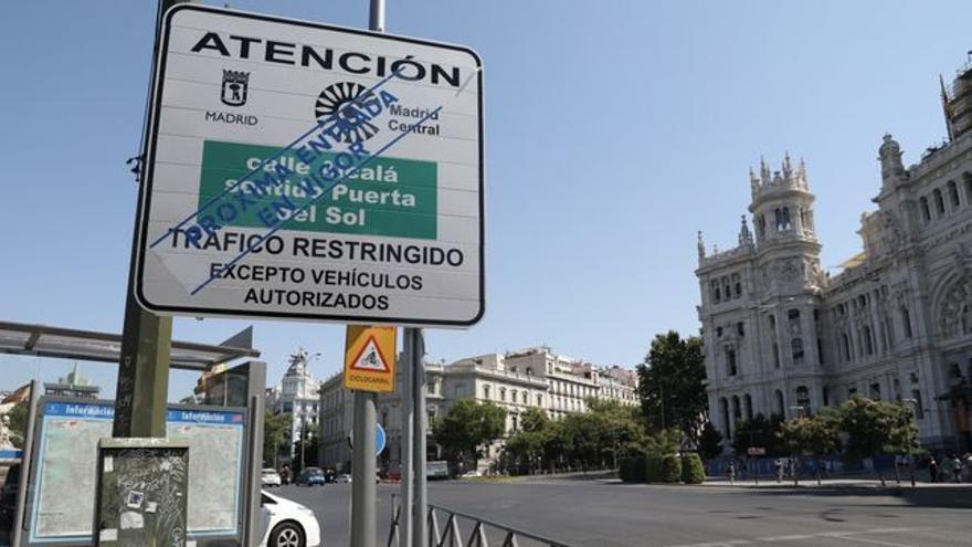 Señalización vertical del tráfico restringido en el centro de Madrid.