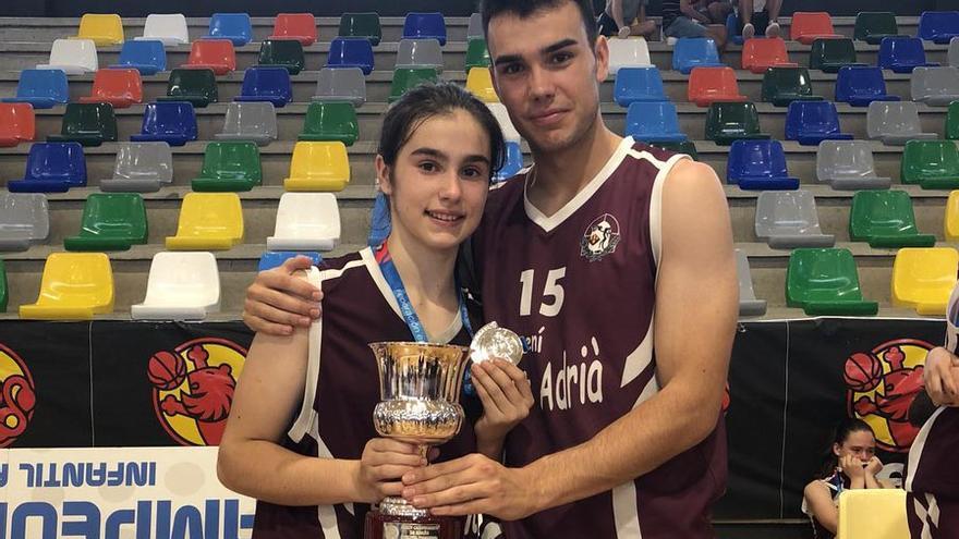 Alex junto a su hermana Deva sosteniendo la copa de subcampeona de Cataluña de baloncesto