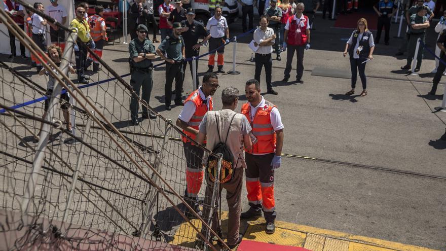 Uno de las personas a bordo del Open Arms es recibida por la Cruz Roja en el puerto de Barcelona.