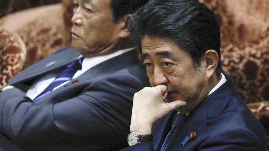 El respaldo popular a Abe, en caída libre por un escándalo de amiguismo