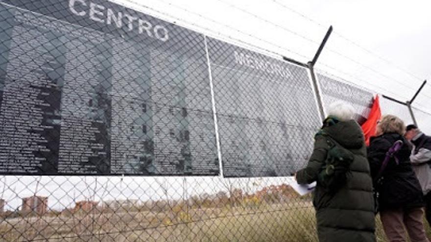 Archivo - Los nombres de los primeros 550 presos llegan al memorial ciudadano de la cárcel de Carabanchel