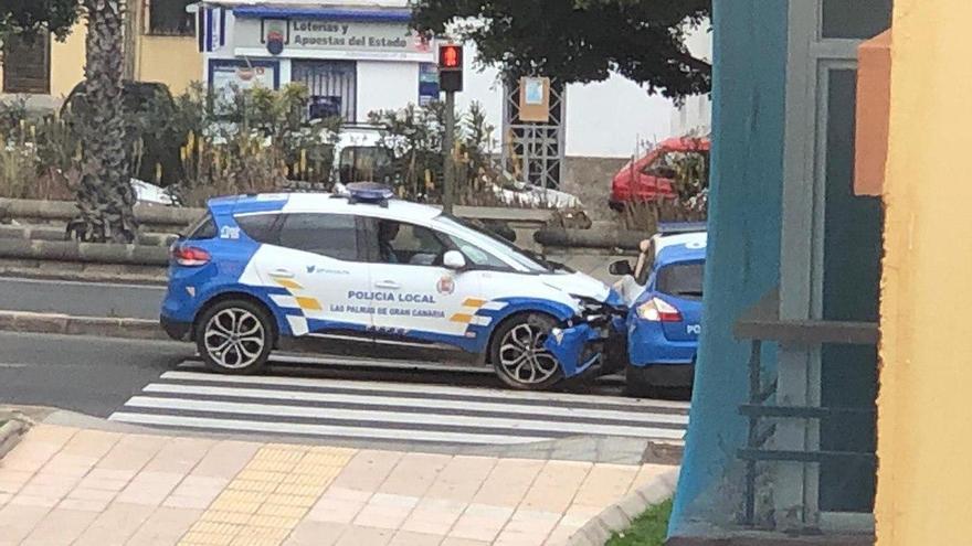 Colisión entre dos coches de la Policía Local en Las Palmas de Gran Canaria.