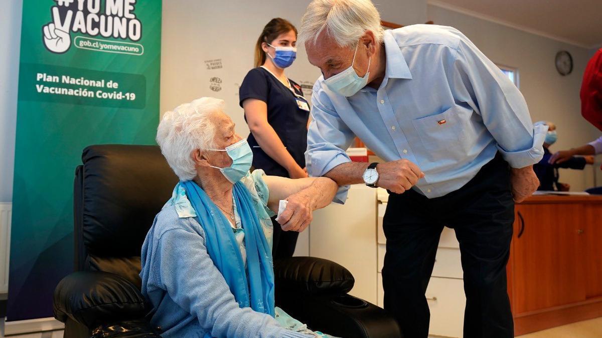 El presidente Piñera lanzó la campaña de vacunación contra la influenza, pero está más que preocupado por el rebrote del coronavirus.