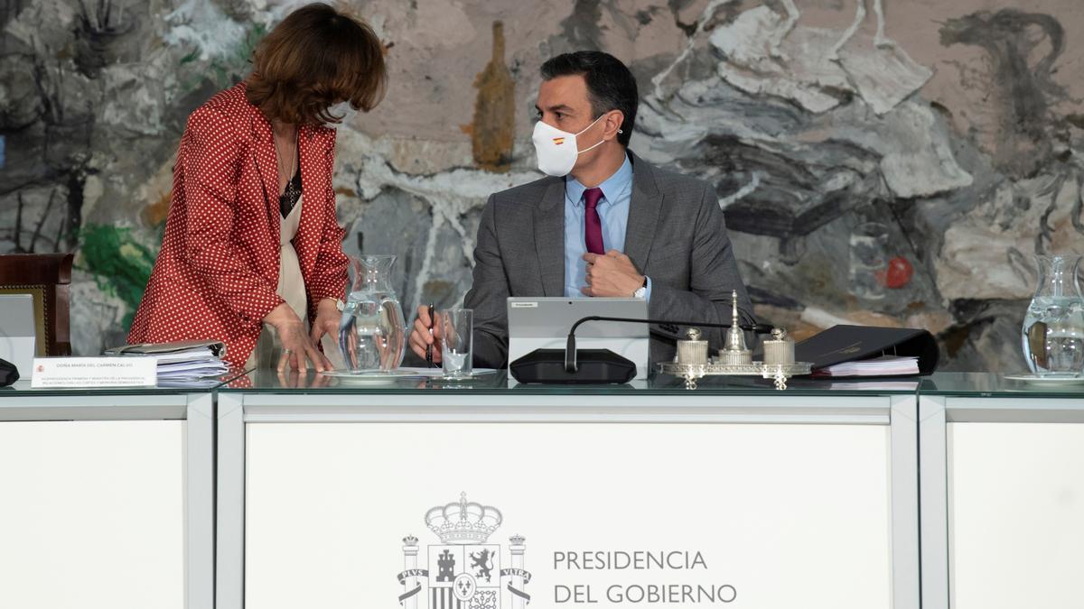 Pedro Sánchez conversa con Carmen Calvo antes del Consejo de Ministros del martes.