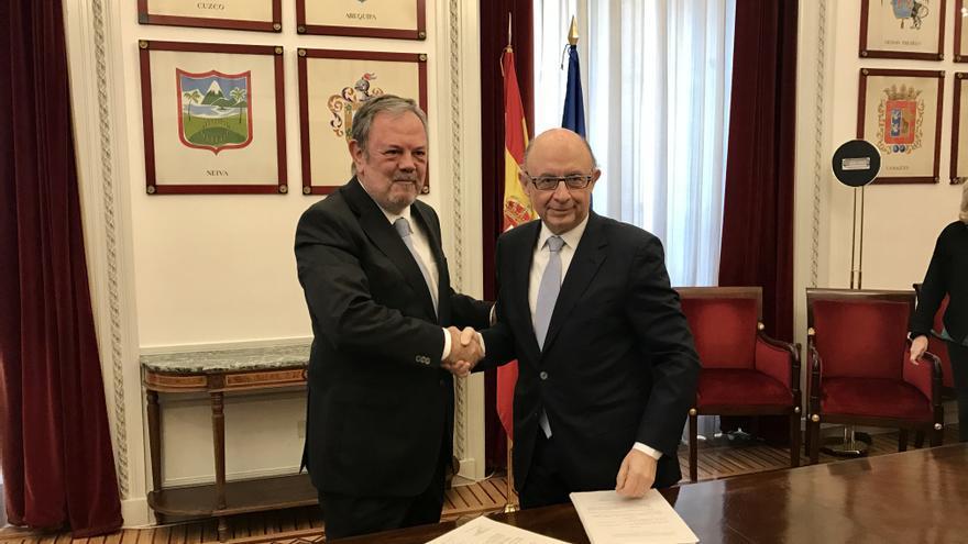 Azpiazu estrecha la mano de Montoro durante la firma del acuerdo sobre el Cupo.