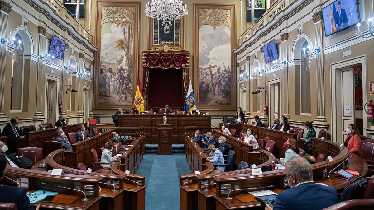 Archivo - Pleno del Parlamento de Canarias