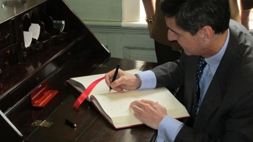 El antecesor de Fernando Suárez en la URJC, firmando el convenio con Harvard en Cambridge
