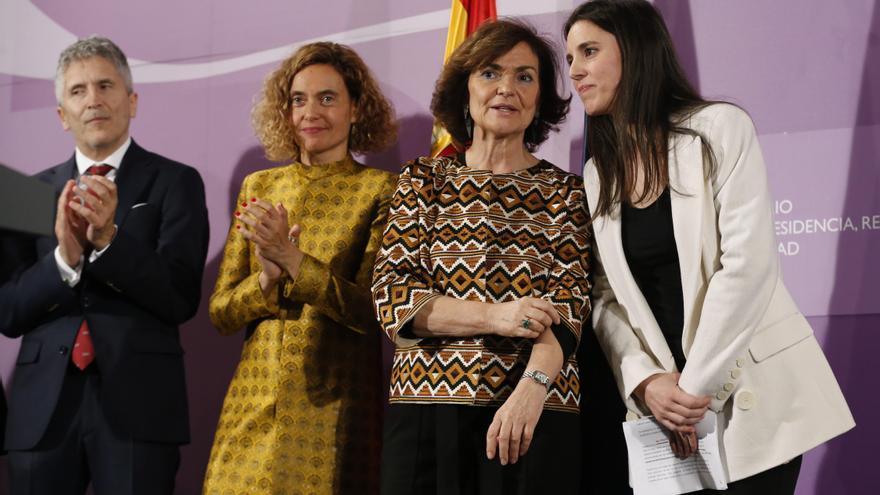 Carmen Calvo e Irene Montero durante la ceremonia de entrega de la cartera de Igualdad.
