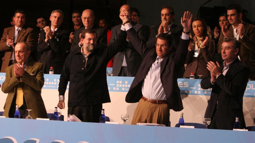Rajoy alza la mano de Feijóo tras su elección como presidente del PP gallego en enero de 2006