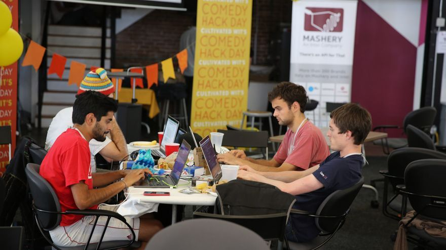 Desarrolladores trabajando durante un Comedy Hack Day (Imagen: Cultivated Wit   Todos los derechos reservados)