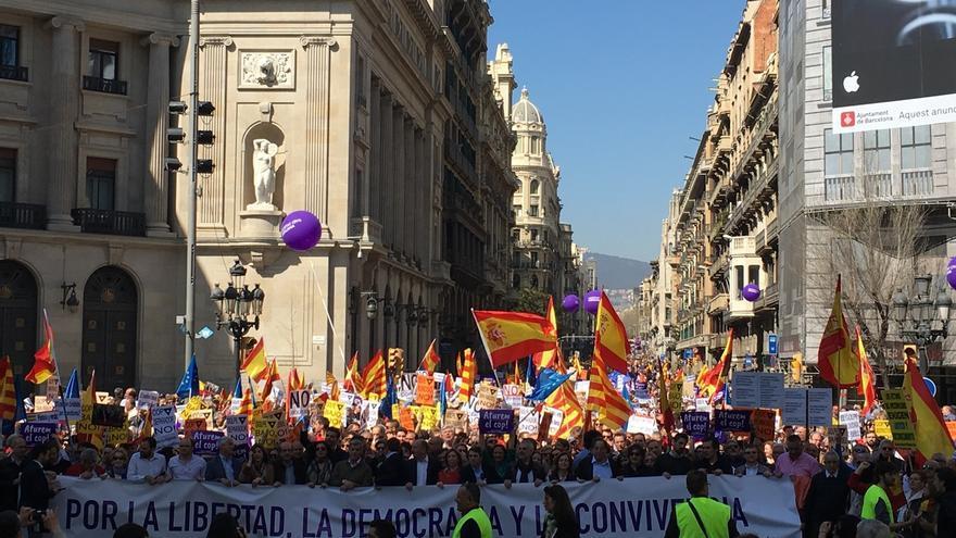 Miles de personas se manifiestan en Barcelona en contra del proceso independentista