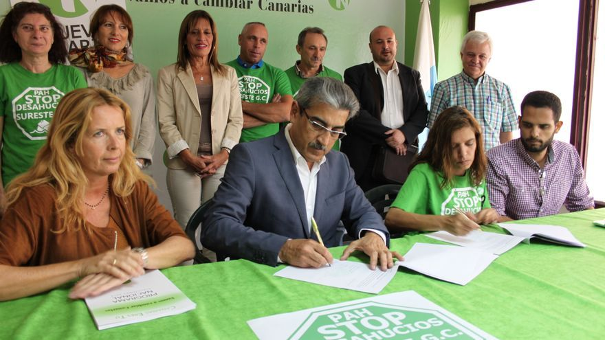 El candidato de Nueva Canarias a la Presidencia del Ejecutivo firmó la propuesta de la Plataforma de Afectados por la Hipoteca (PAH) para garantizar el derecho a una vivienda