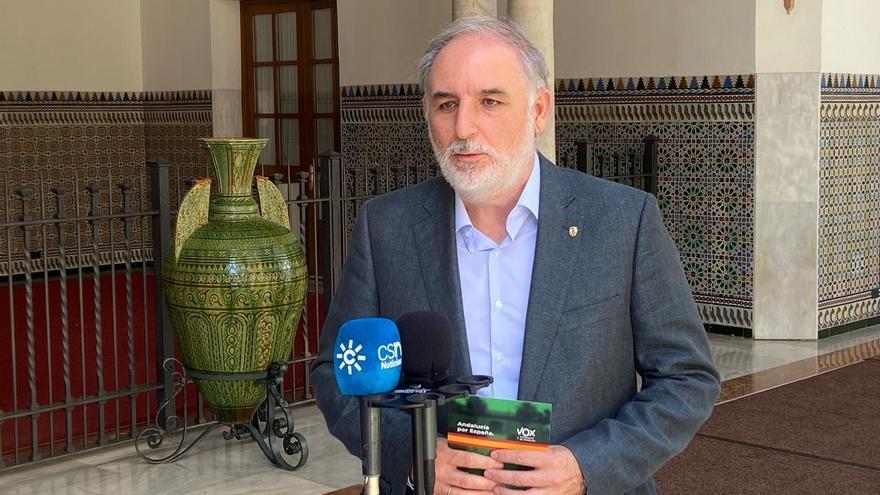 El presidente del grupo parlamentario Vox en Andalucía, Macario Valpuesta, atiende a los medios en el Parlamento.