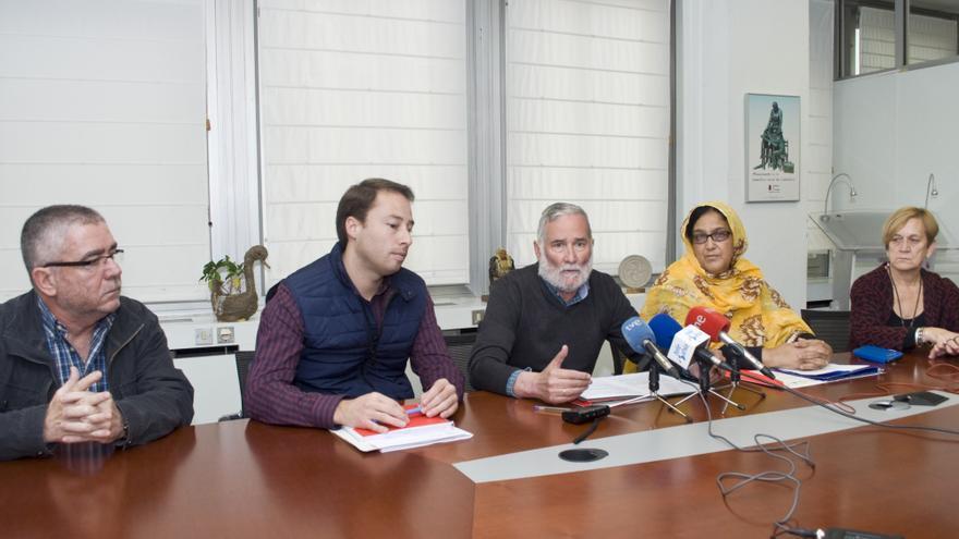 Ramón Ruiz, en el centro de la imagen, firmando el convenio de ayuda al pueblo saharaui. | Hector Herero