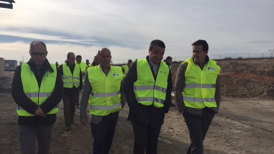 El consejero y el alcalde, entre otros, en la parcela que se quemó en Seseña el pasado mayo