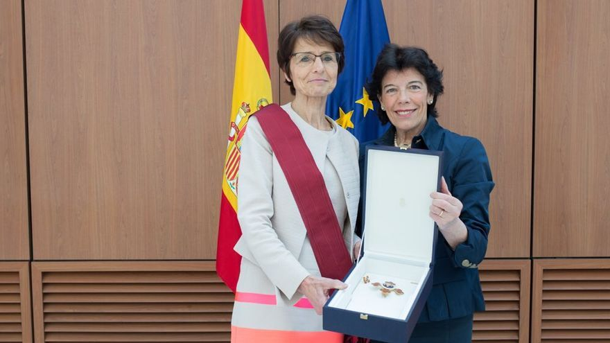 """La comisaria Marianne Thyssen recibe por parte de la ministra Isabel Celaá la Gran Cruz de Alfonso X el Sabio """"por su contribución al desarrollo de la educación, la ciencia, la cultura y la docencia en la UE""""."""