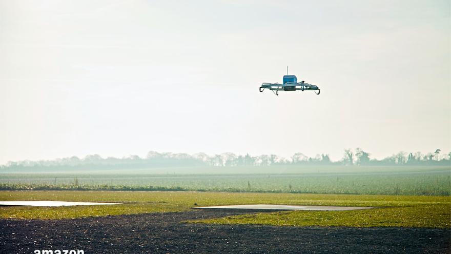 Uno de los drones repartidores de Amazon surcando el cielo
