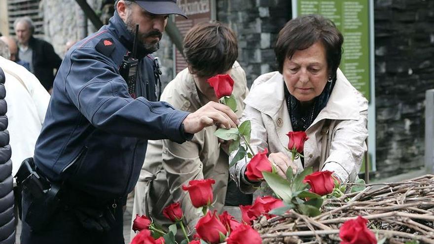Familiares y compañeros recuerdan al ertzaina Pacheco, asesinado por ETA