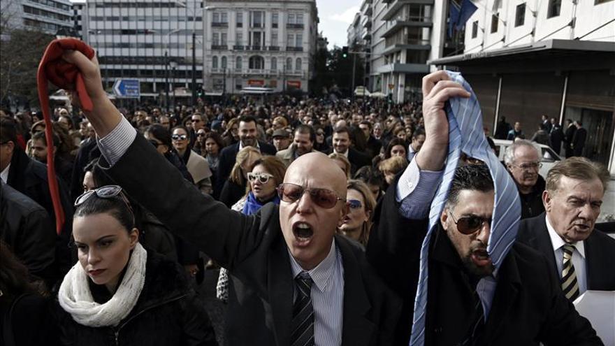 Miles de griegos se manifiestan en Atenas contra la reforma de las pensiones