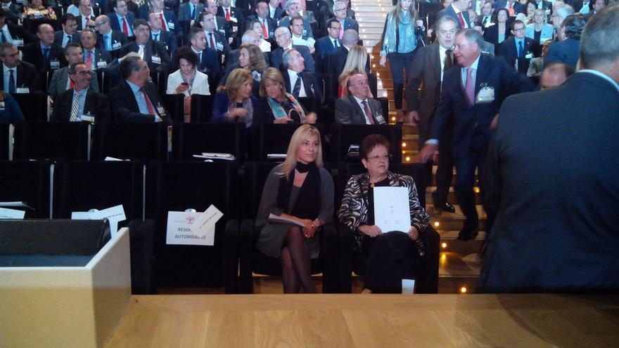 """La alcaldesa de Alicante consigue la foto """"incómoda"""" saludando al Rey"""