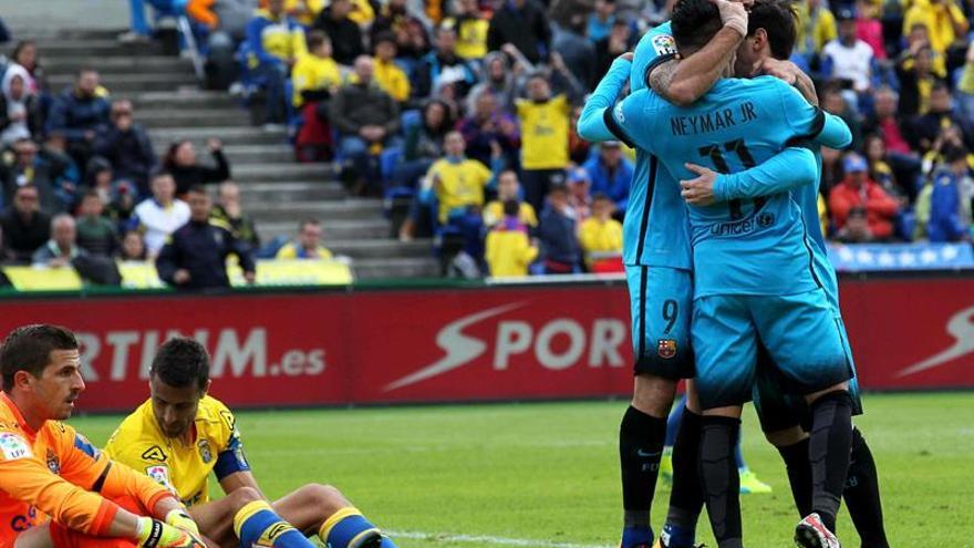 El delantero brasileño del FC Barcelona Neymar Jr. celera con sus compañeros el gol que ha marcado, el segundo del equipo frente a la UD Las Palmas, durante el partido de la vigésima quinta jornada de la Liga de Primera División que ha disputado en el Estadio de Gran Canaria. EFE/Elvira Urquijo A.